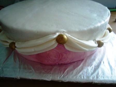 Оформление торта мастикой по бокам закончено.  Осталось оформить верх.