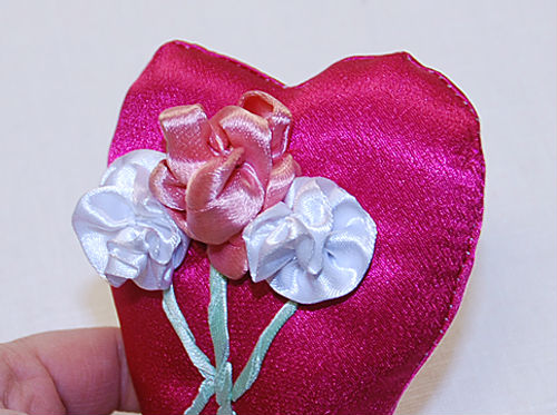 пришить цветы к подушечке для колец
