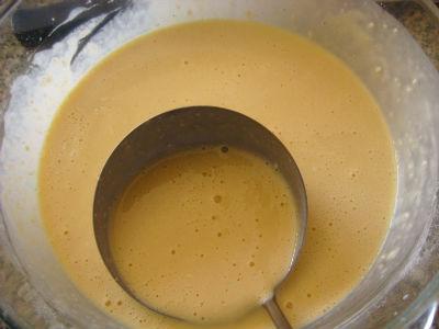 тесто для блинов с бананом и шоколадом готово