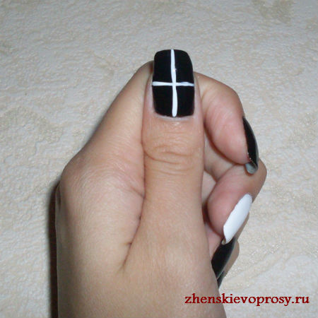 рисуем паутинку на ногте