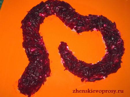 салат на Новый год Змеи: слой свеклы