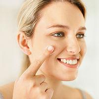 woman-moisturizing-face_vsq8xt