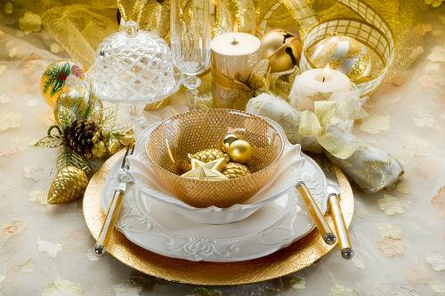 сочетание белого и золотого в оформлении стола на Новый год