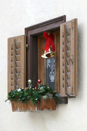 Колокольчики на новогоднем окне