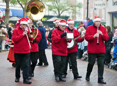 Парад оркестра Санта-Клаусов в Лондоне