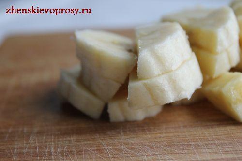 нарезать бананы кубиками