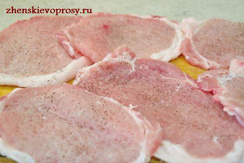 посолить и поперчить мясо