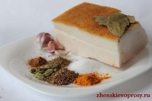 ингредиенты для засолки сала со специями и чесноком