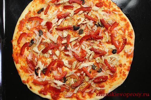 выложить куриное филе, оливки, перец