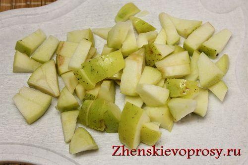 нарежьте яблоки небольшими кусочками