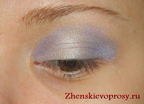 сиреневым отливом затемняем уголки глаз