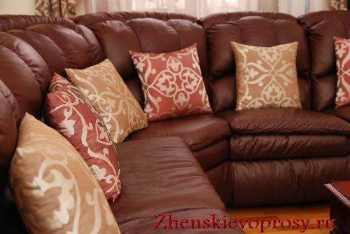 Подушки на кожаном диване