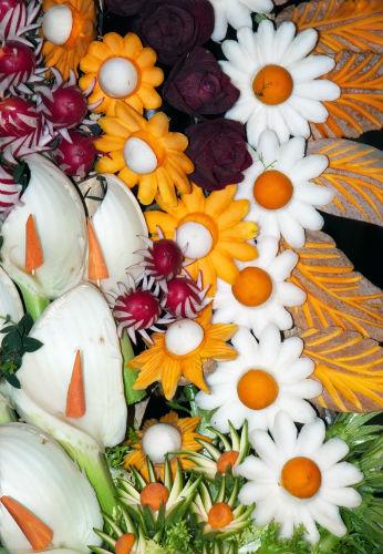 Цветы из овощей и фруктов в технике карвинг