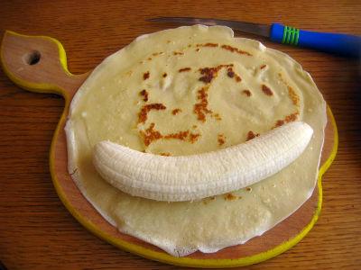 кладем банан на блин
