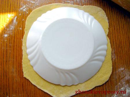 использовать тарелку для придания коржу круглой формы