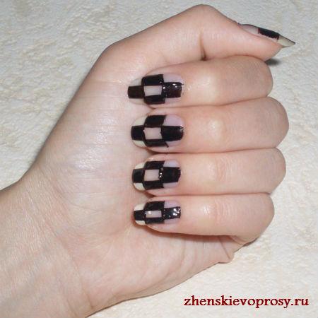 черно-белый дизайн ногтей: закрашиваем черные клетки
