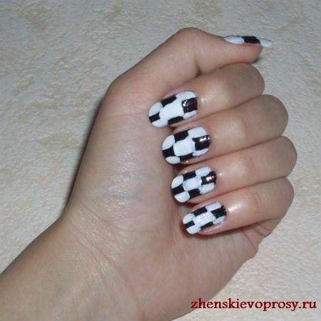 черно-белый дизайн ногтей: закрашиваем белые клетки