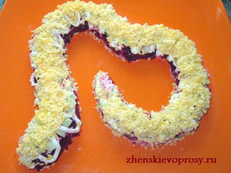 """салат """"Змейка"""": слой яичного желтка"""