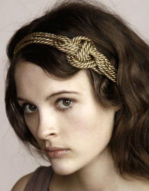 прическа с повязкой на голове