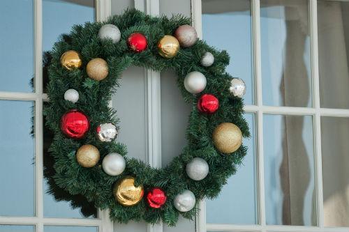 новогодний венок на окне
