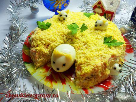 """салат """"Мимоза"""" в праздничном оформлении"""