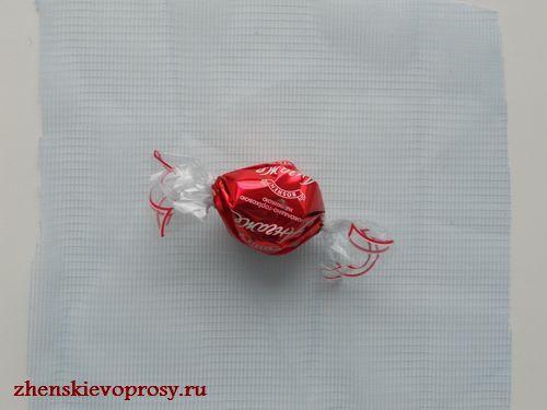 кладем конфету на квадрат ткани