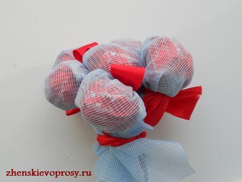 соединяем цветы из конфет