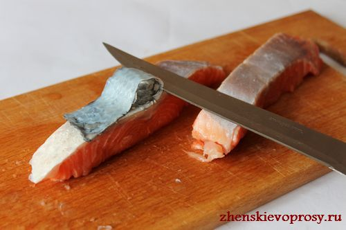 разрезать стейки, удалить косточки и кожицу