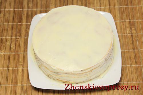 смазать блинный торт сметанным кремом