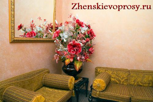 искусственные цветы в интерьере гостинной