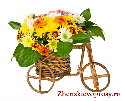 велосипед-корзина с цветочной композицией