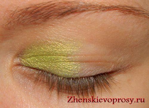 наносим светло-зеленые тени ближе к уголкам глаз