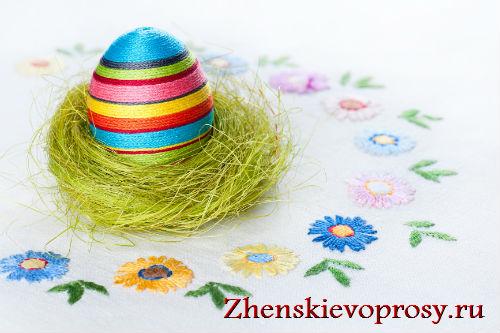 украшение яиц к Пасхе при помощи ниток
