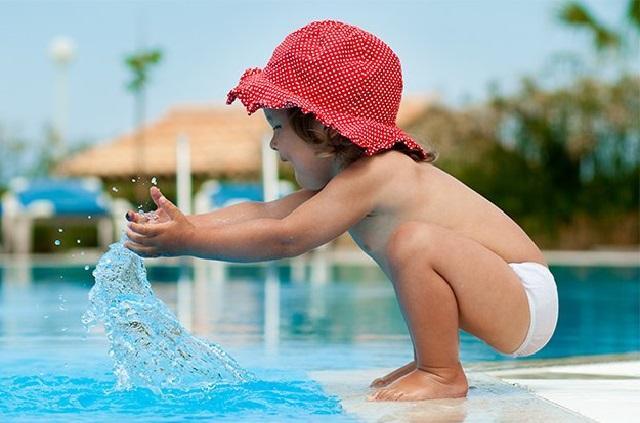 девочка и бассейн