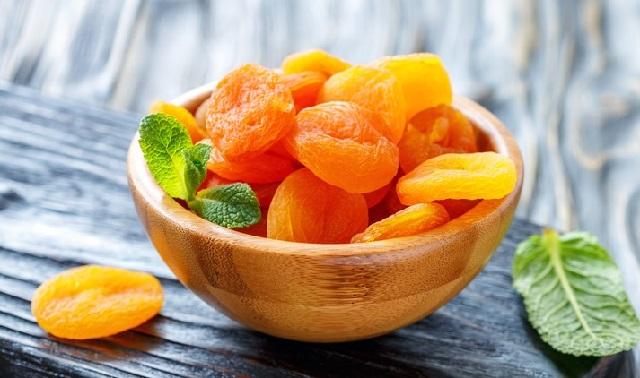 абрикосы в тарелке