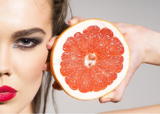 девушка и грейпфрут