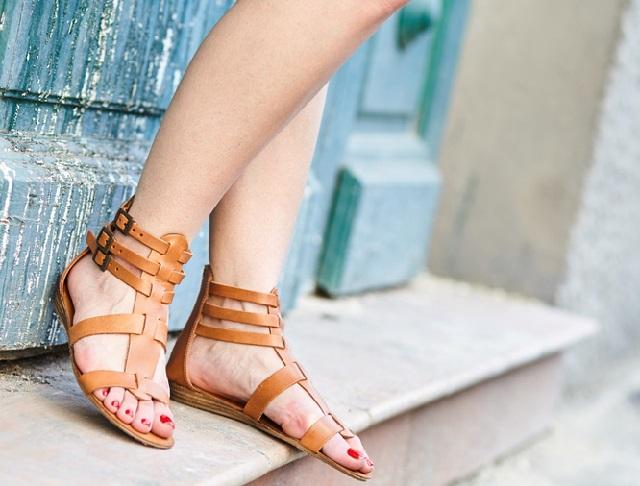 сандалии на ногах