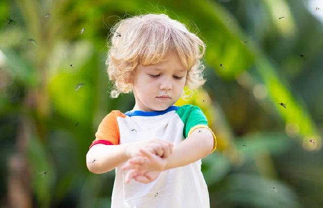 мальчик чешет руку